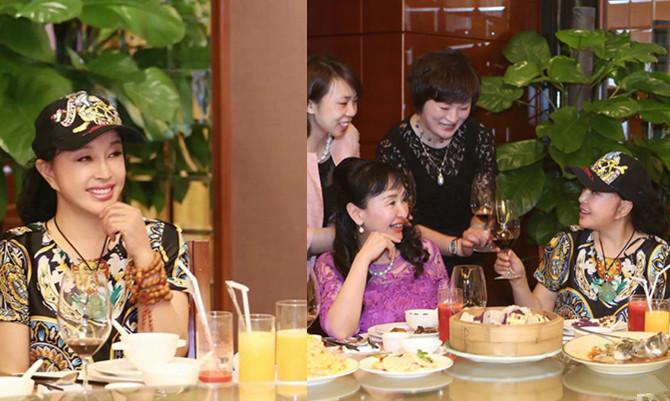 61岁刘晓庆与姐妹聚会 梳马尾戴棒球帽
