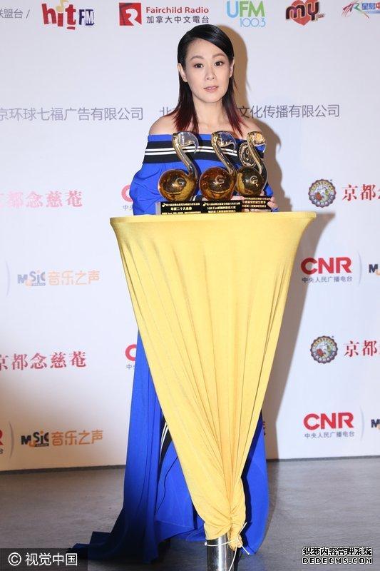 刘若英现身音乐盛典 穿高开衩长裙险走光