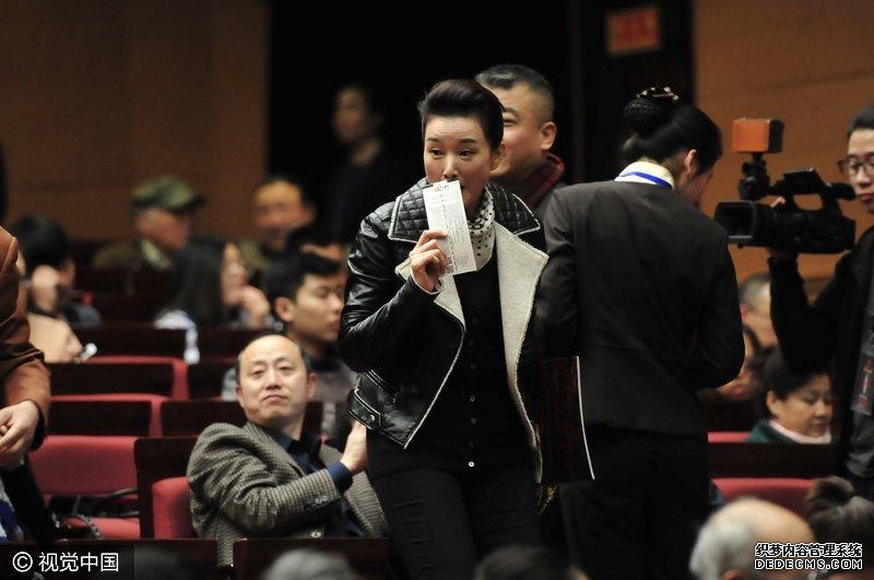 宋祖英低调亮相被认出 歌手拿手机求合影